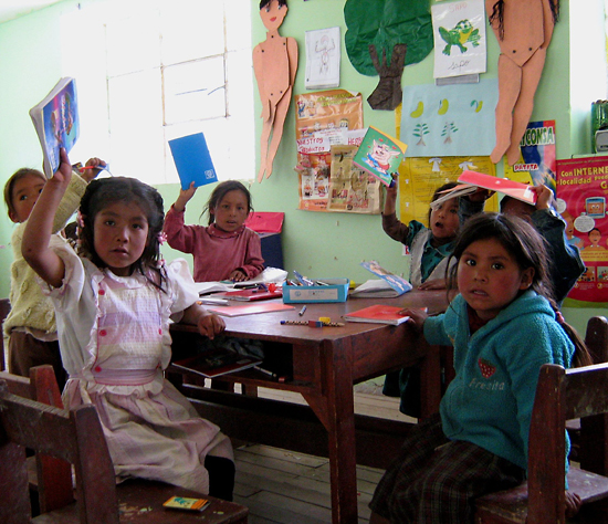 Peruano kids with new supplies